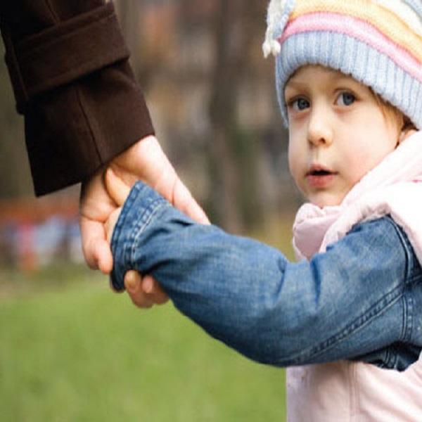حضانت طفل با مادر است